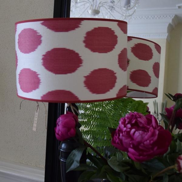Ikat zijden lampenkap met rode stippen