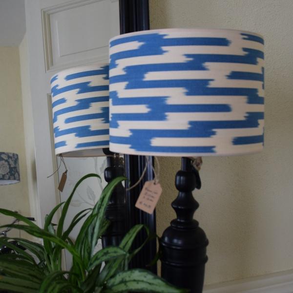 Lampenkapjes met blauw-wit ikat motief