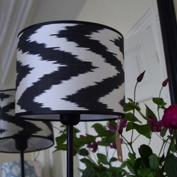 Ikat zwarte zijden zigzag lampenkapjes