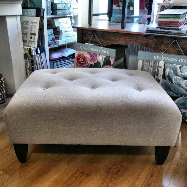 Footstool met linnen stof Designers Guild