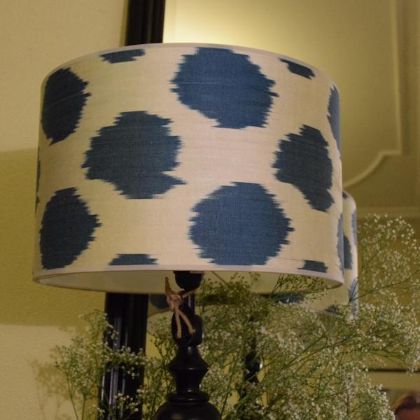 Zijden ikat lampenkap met blauwe stippen